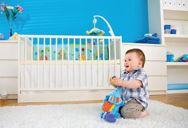 Ребенок играет в детской