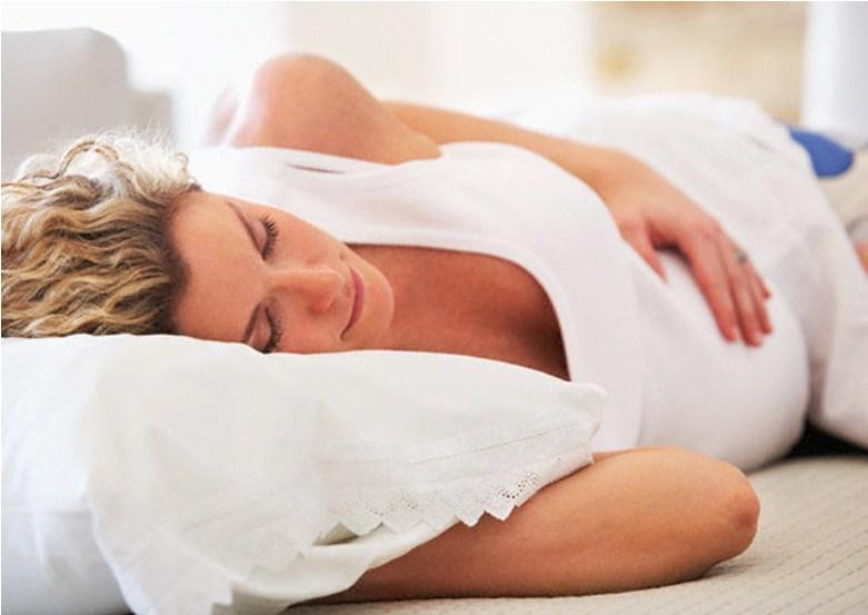 Беременная лежит на подушке