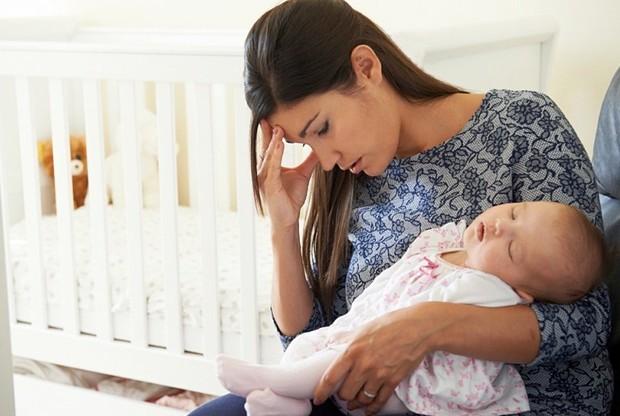 Утомленная мама со спящей малышкой