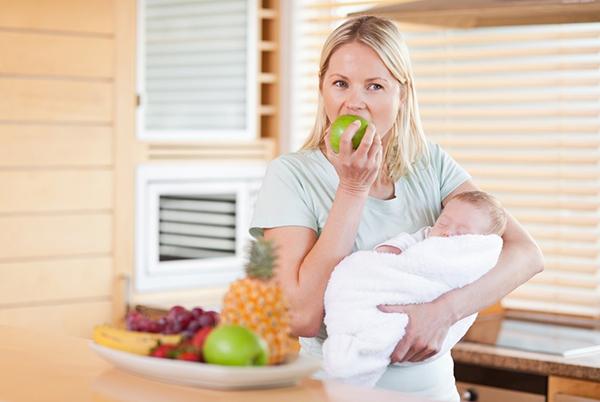 Мамочка с младенцем есть яблоко
