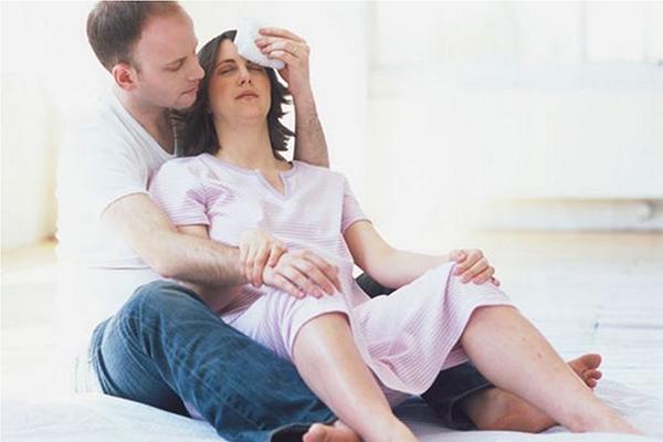Муж помогает рожающей жене