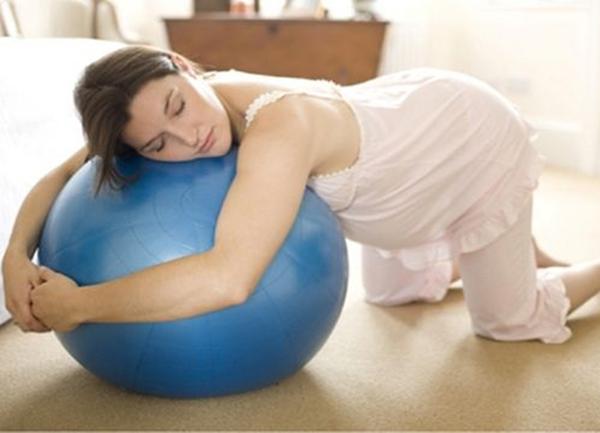 Беременная лежит на шаре