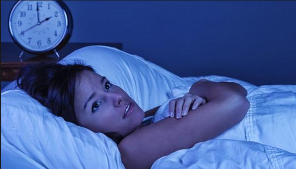Девушка лежит в постели