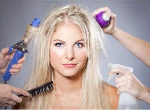 Девушка и вредное воздействие на волосы