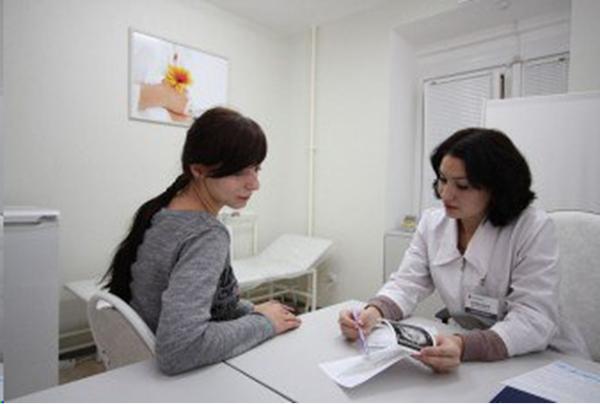 Девушка у врача в консультации