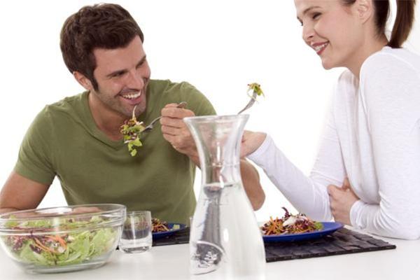 Муж с женой едят салат