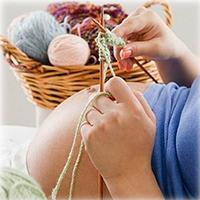 Беременная вяжет
