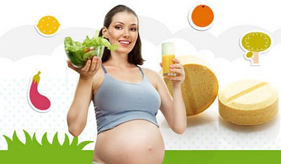 Беременная девушка с полезными продуктами