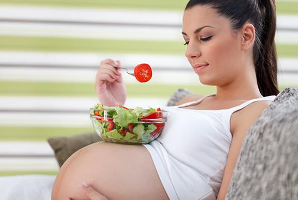 Беременная с салатиком