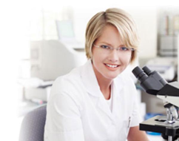 Врач за микроскопом