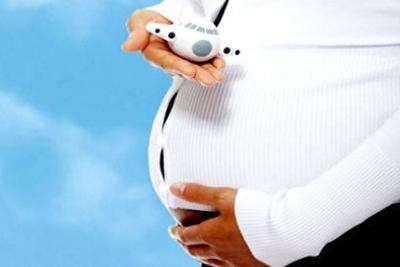 Беременная держит в руках самолетик