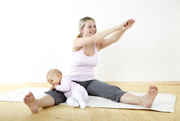Мама делает упражнения с малышом