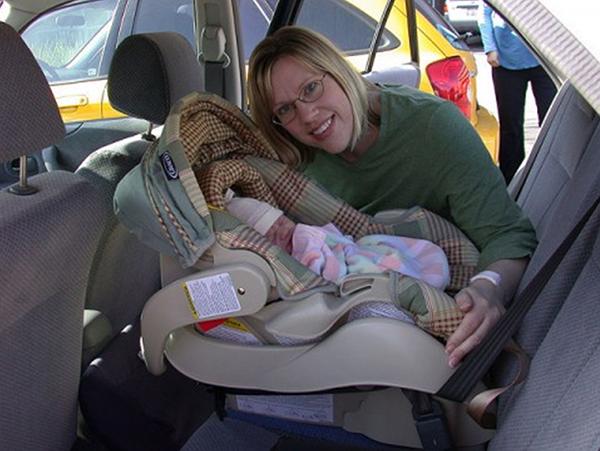 Мамочка в машине с малышом в автокресле