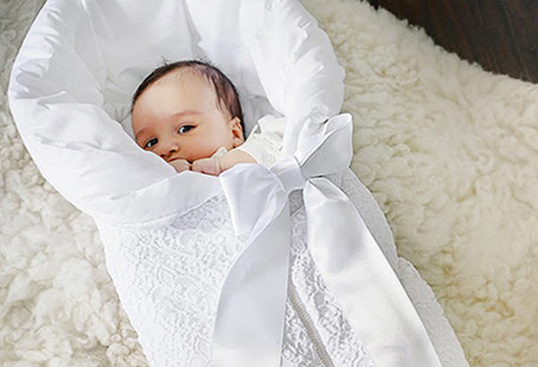 Малыш в конверте для новорожденных