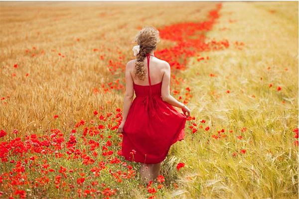 Девушка в красном среди маков