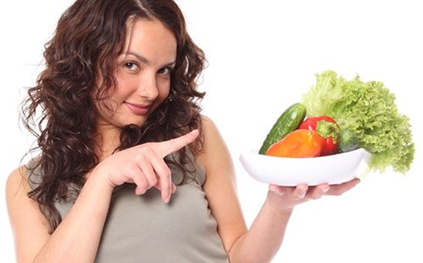 Девушка и тарелка с овощами