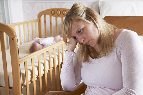 Молодая мама грустит