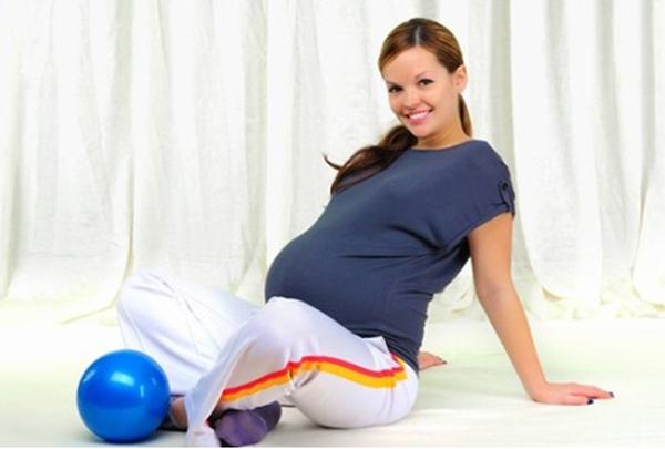 Беременная в позе лотоса с мячиком