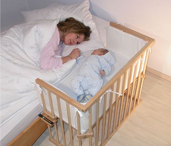 Мама с младенцем в кровати