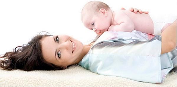 Лежащая мама с младенцем на груди