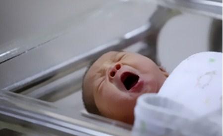 Новорожденный в кувезе