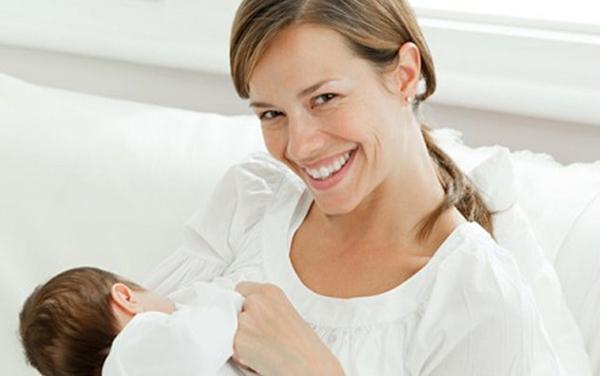 Улыбающаяся мама с малышом