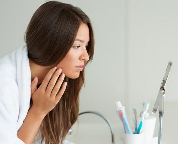 Беременная смотрится в зеркало