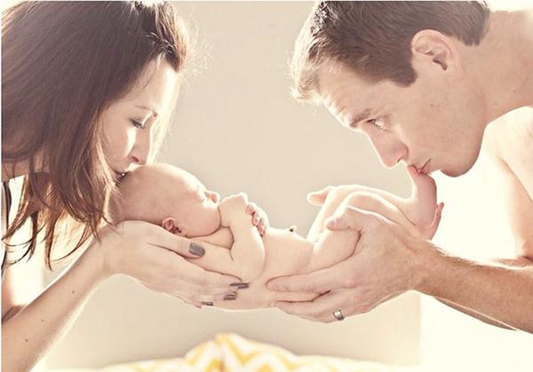 Мама и папа держат малыша