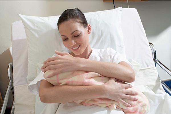 Молодая мама с новорожденным