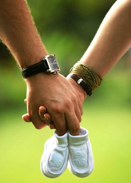 Мужская и женская рука с пинетками