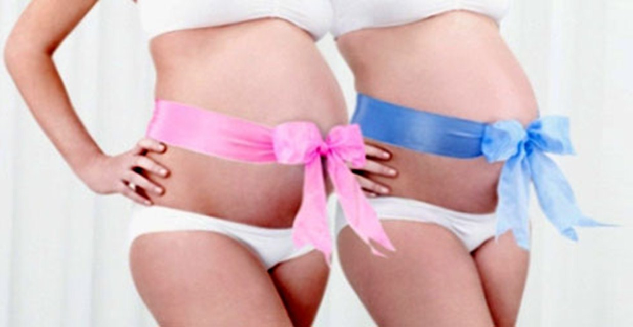 Беременные с розовой и голубой ленточками