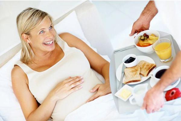 Завтрак в постель для беременной