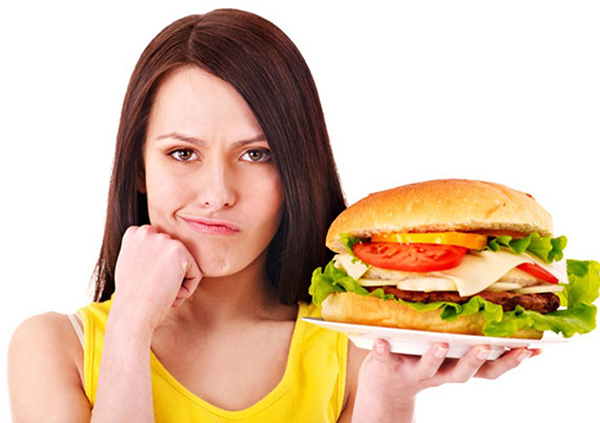 Женщина с большим гамбургером