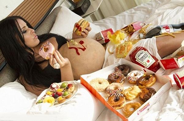 Беременная среди пирожных