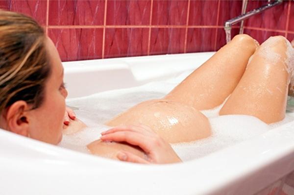 Беременная принимает ванну