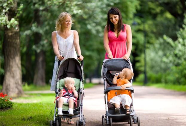 Две мамочки с колясками
