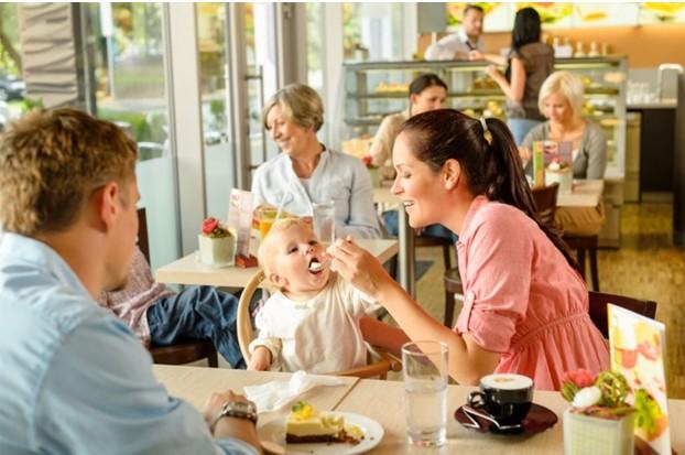 Семья с маленьким ребенком в кафе