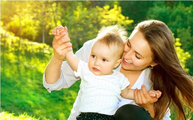 Радостная мама с малышом