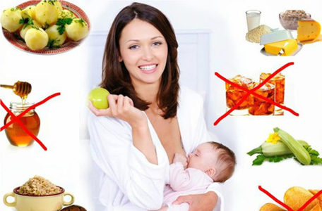 Мама с младенцем на руках в окружении блюд