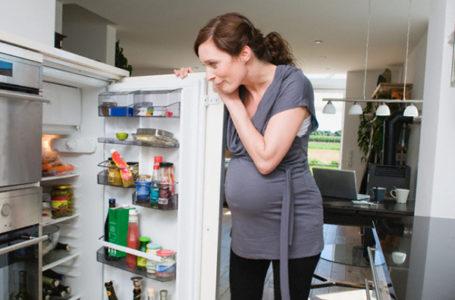 Беременная и холодильник