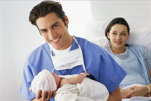 Ребенок у мужчины на руках