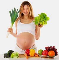 Беременная со свежими овощами и фруктами