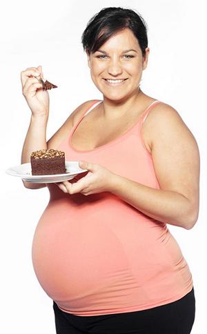 Беременная с пироженкой