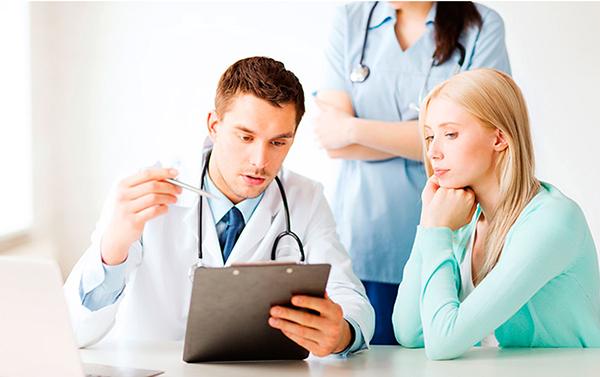 Молодая пара у врача
