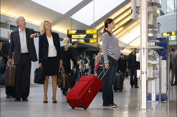 Беременная девушка в аэропорту
