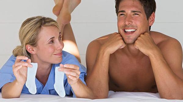 Жена показывает мужу детские носочки