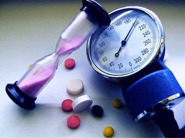 Тонометр, таблетки и песочные часы