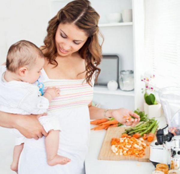 Мама с малышом на кухне