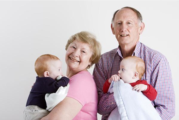 Бабушка и дедушка с внуками