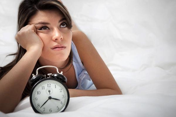 Ждущая девушка с будильником